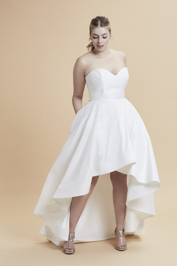 FASHION FRIDAY - PLUS SIZE WEDDING DRESS OF THE DAY | Anne Barge Curve Couture is HERE and its AMAZING! | Pretty Pear Bride