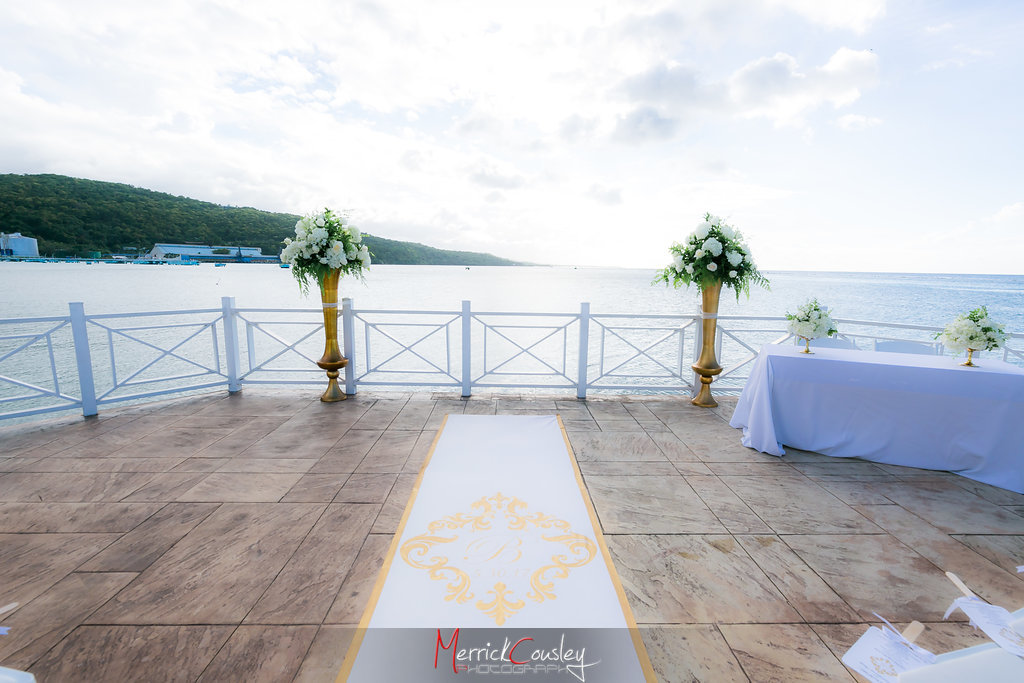 REAL WEDDING | WHITE, GOLD AND COBALT JAMAICAN DESTINATION WEDDING | Merrick Cousley Photography | Pretty Pear Bride