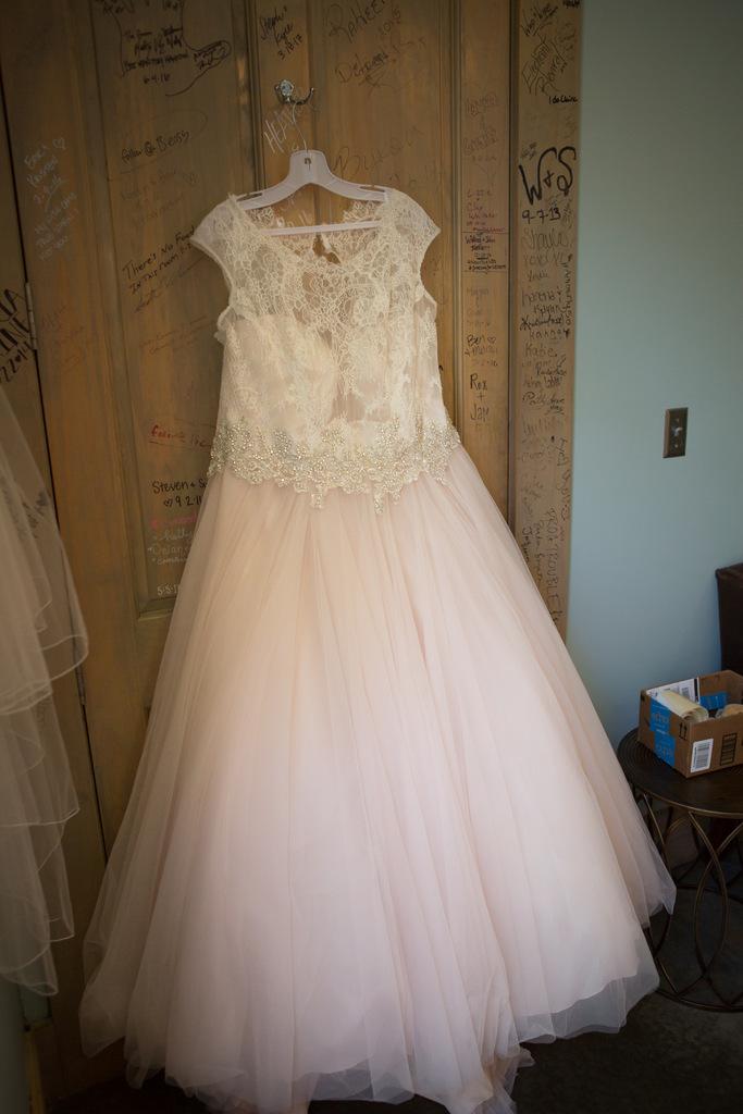 REAL WEDDING | Romantic Country Wedding in Nashville | Jon Reindl Photography | Pretty Pear Bride