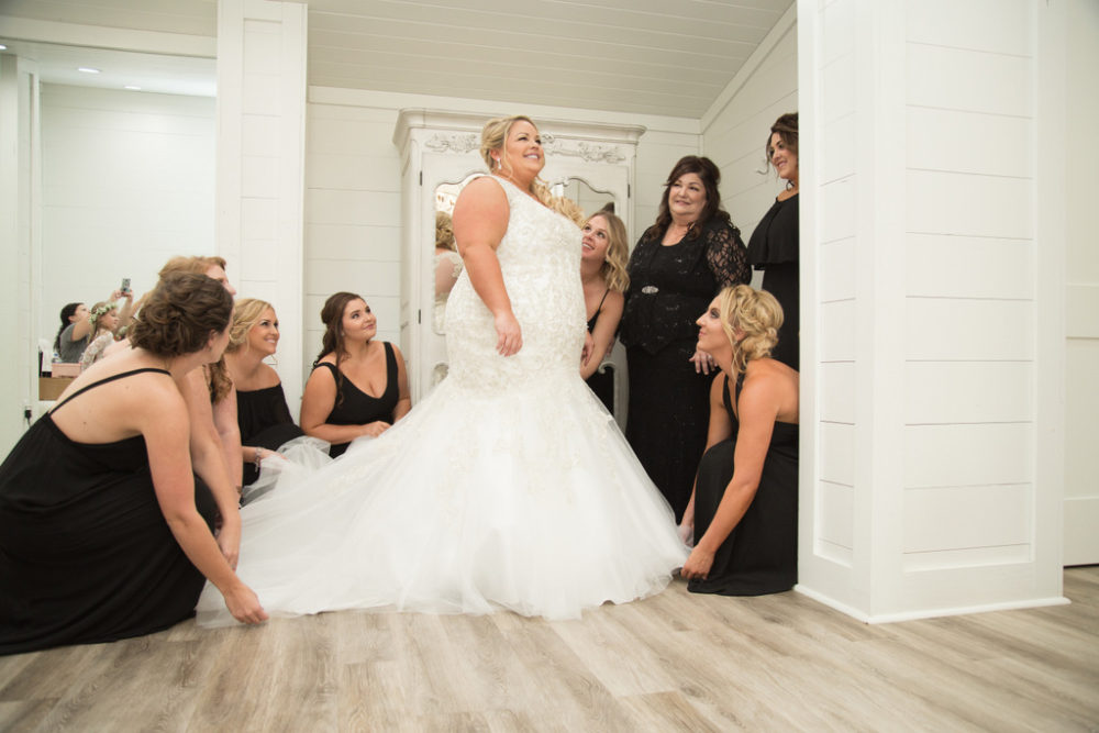 REAL WEDDING | Country Chic in Texas | Amelia Rose Photography | Pretty Pear Bride